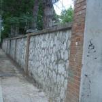 Muro di recinzione da abbattere