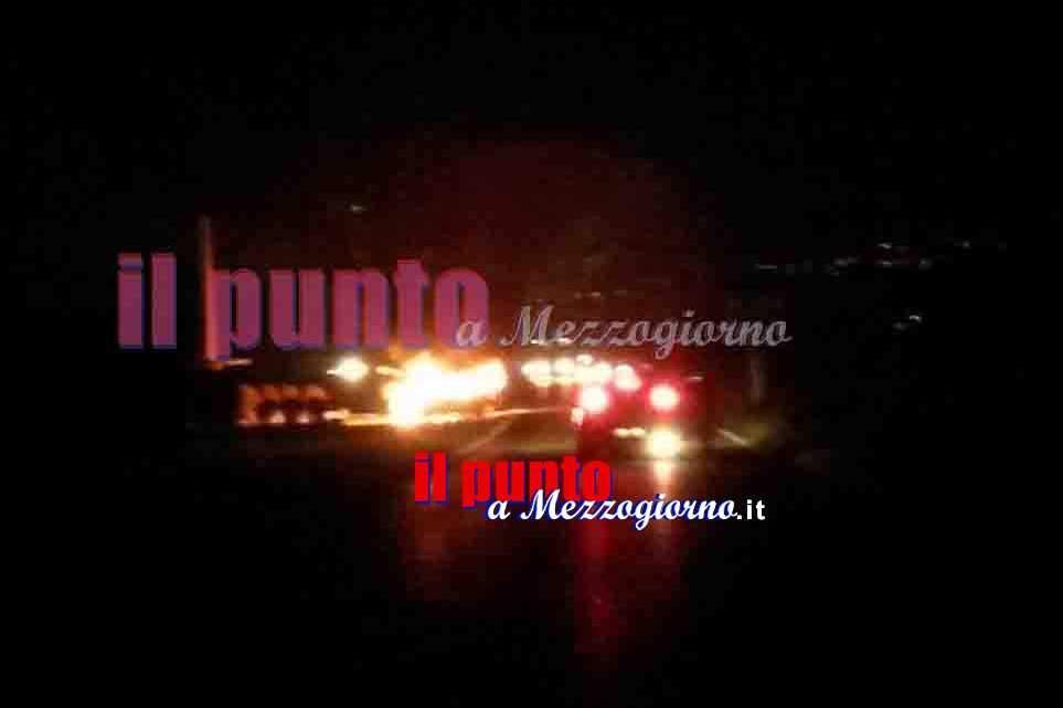 Incendio di tre auto a Sabaudia, scoppia il panico in un condominio