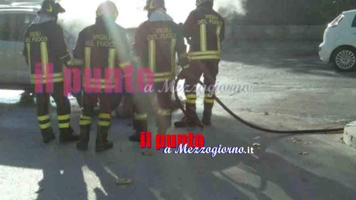 Non si accorge che l'auto va a fuoco, ragazza salvata dal fidanzato