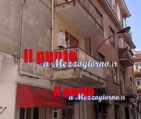 Incendio sul terrazzo di un appartamento in centro a Cassino – FOTO E VIDEO