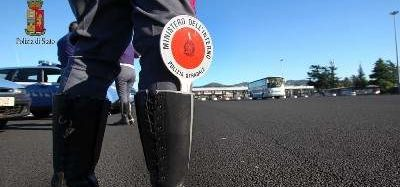 Guidava con una patente falsa: la Polstrada denuncia 67enne