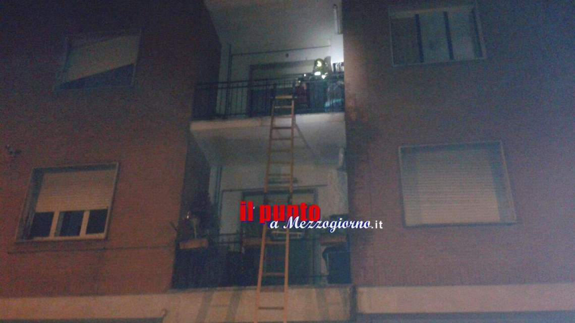 Cascata d'acqua dal balcone in via Gari a Cassino, interviene polizia e vigili del fuoco