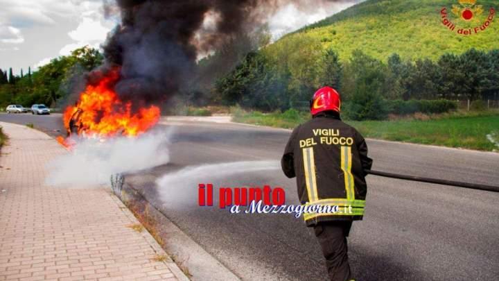 Auto in fiamme a Cassino, salvo l'automobilista