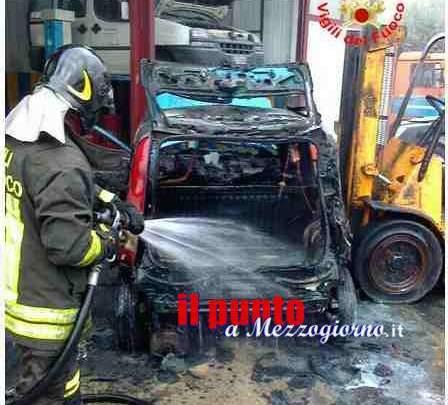 Auto in fiamme a Castelforte, incendio minaccia intera officina