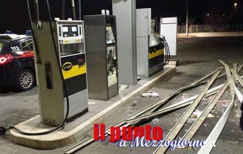 Tenta di far esplodere la cassa del distributore automatico Eni a Sezze
