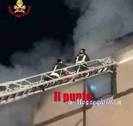 Incendio nell'alloggio Ater a Frosinone, le fiamme divampano al quarto piano