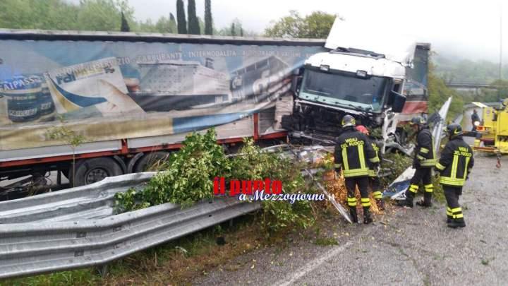 Camion esce di strada a Belmonte Castello. Illeso il conducente
