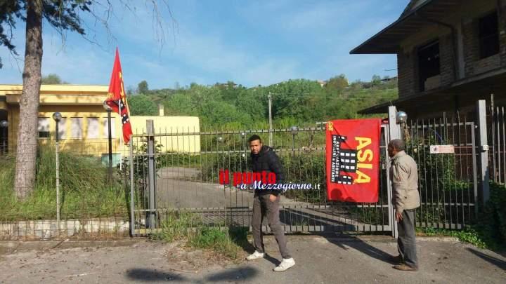 Famiglia di immigrati occupa ex scuola a Torrice e ottiene casa per un anno
