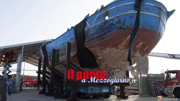 Recupero del barcone dei migranti, estratti 217 corpi