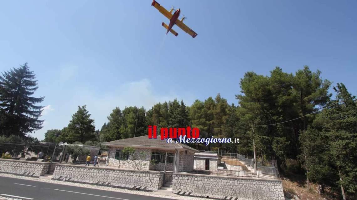 Terzo giorno di fuoco su monte Rotondo a Mignano, fiamme lambiscono il museo di Montelungo
