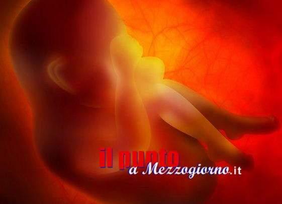Partorisce e getta il feto nelle fogne a Ferentino, indaga la polizia