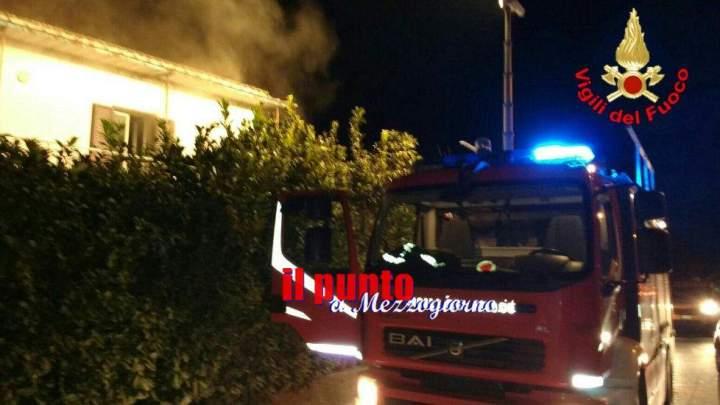 Tecchiena, un incendio divora il terzo piano di un'abitazione. Nessun ferito, ma ingenti i danni
