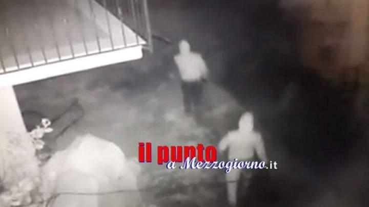 Ladri sorpresi in casa dal proprietario, lo aggrediscono e scappano