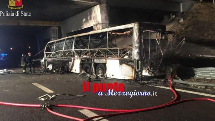 Pullman di studenti in fiamme, muoiono in sedici