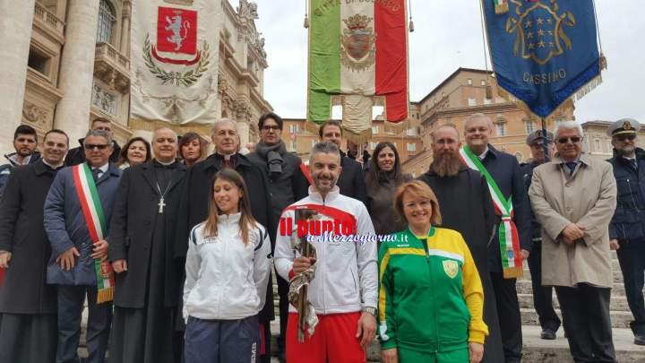 Papa Francesco benedice la fiaccola benedettina. Momento di grande emozione