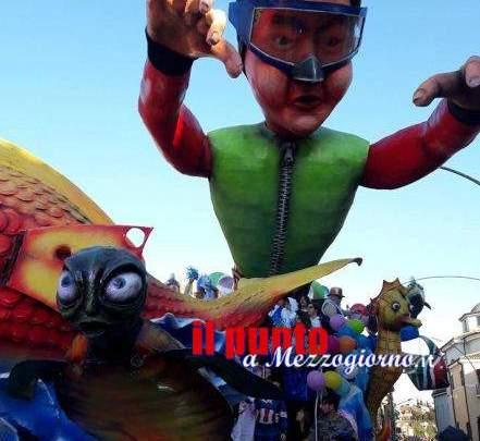 Un fiume di persone al Carnevale di Pontecorvo, sfilano i carri allegorici