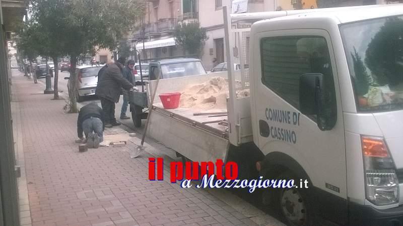 Settore manutenzione del Comune al lavoro per sistemare i marciapiedi