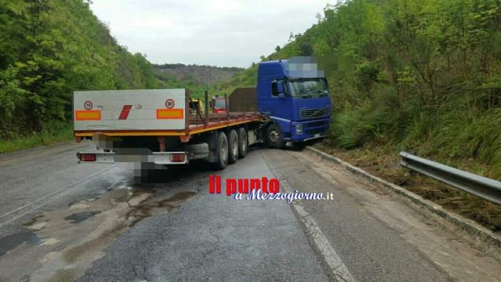 Superstrada Cassino Formia- Camion perde il controllo e blocca la carreggiata. Strada chiusa e disagi