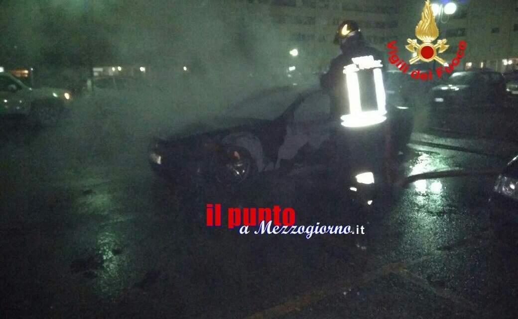 Incendia l'auto del suo rivale e si scaglia contro i carabinieri, arrestato 25enne