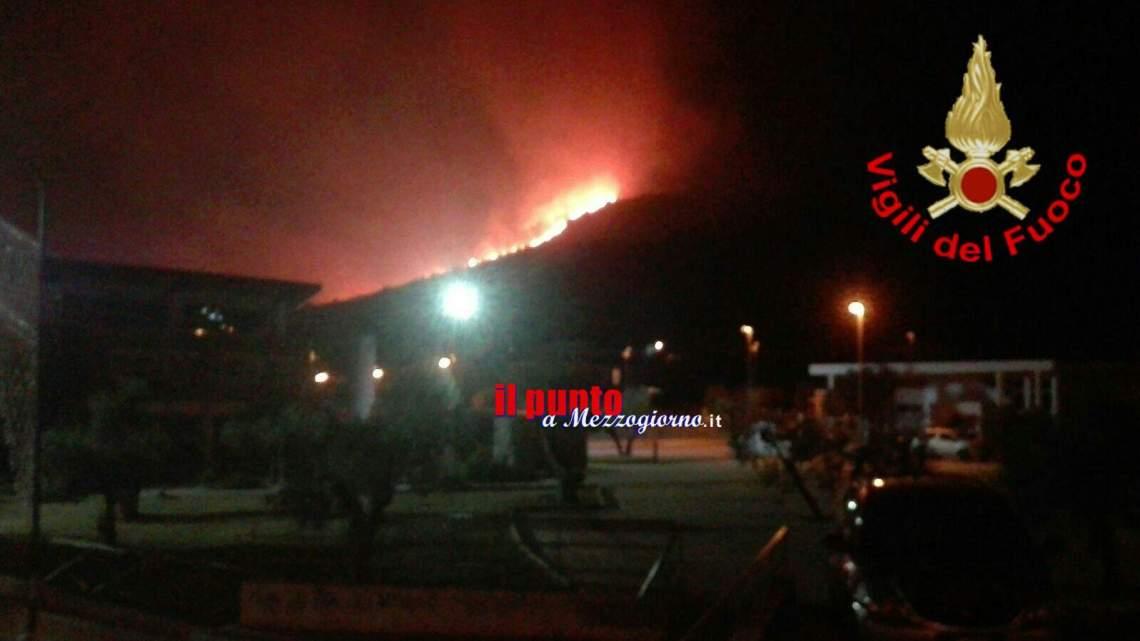 Incendi a Formia e Sperlonga, Vigili del Fuoco e Protezione civile a difesa di case e villaggi turistici