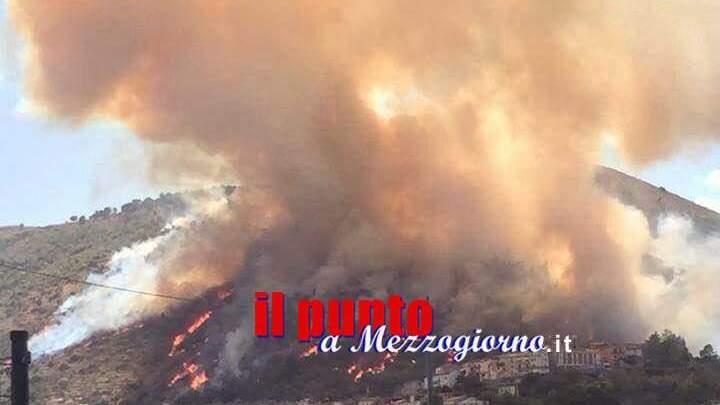 Incendi, situazione al limite. Zingaretti pensa ad impiegare l'Esercito