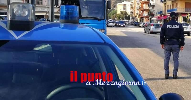 Controlli della polizia a Cassino, denunciato straniero che prelevava abiti da contenitore raccolta