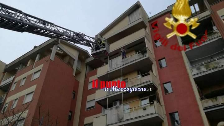 Donna sale sulla balaustra di casa e minaccia di gettarsi dal quinto piano