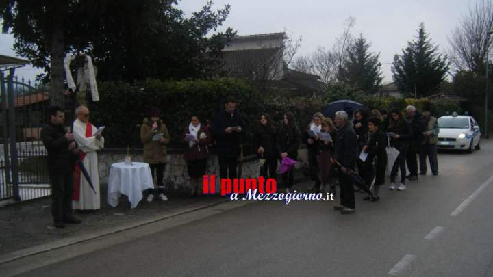 La pioggia non ferma la via Crucis in Largo don Bosco a Cassino – LE FOTO