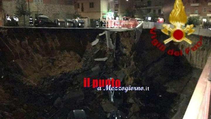 Voragine a Roma inghiotte auto e minaccia palazzi, 22 famiglie evacuate – FOTO
