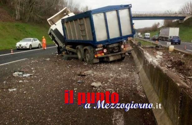 San Vittore, Camion impatta contro spartitraffico su A1 e finisce sulla corsia opposta