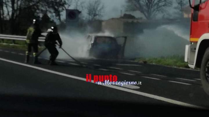 Auto in fiamme sull'A1 a Cassino, paura per il conducente di una C3