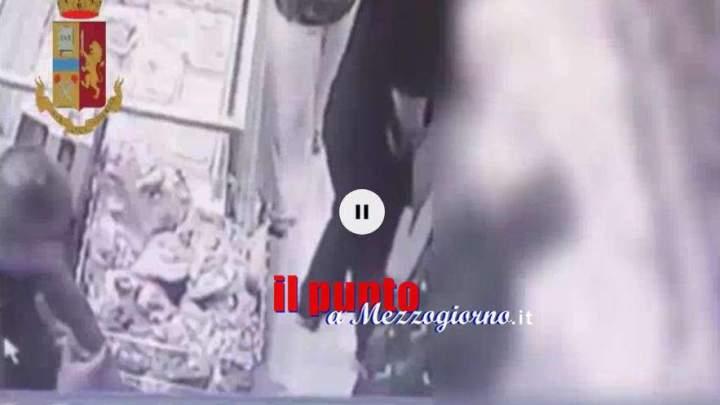 VIDEO – Rubano la pensione ad una anziana mentre fa la spesa al supermercato. Ecco come fanno