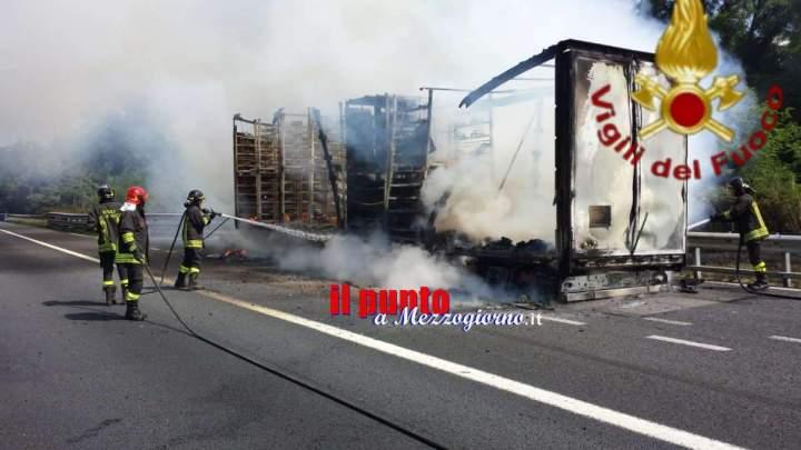 Camion in fiamme sull'A1, traffico interrotto per 30 minuti sulla sud fino a Valmontone