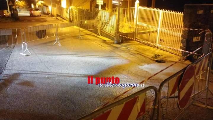 Voragine in via San Giovanni Vecchio a Velletri, strada chiusa per pericolo crolli