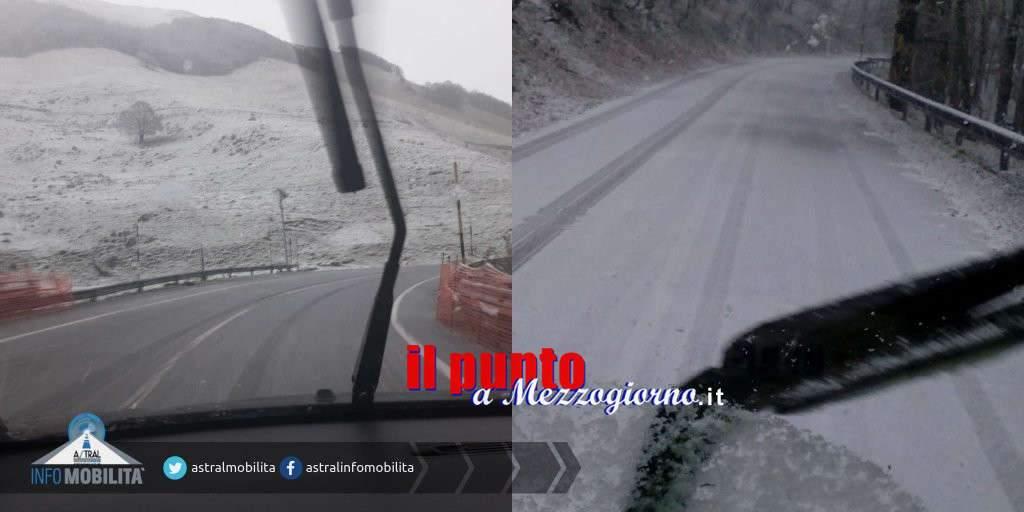 """Maltempo, prima neve a Forca D'Acero e allerta per pioggia a """"valle"""" – VIDEO"""