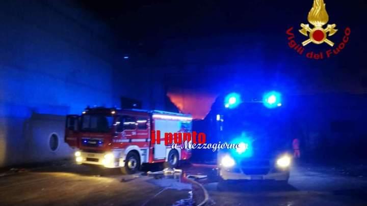 Incendio in un capannone per la raccolta dei rifiuti sulla Salaria
