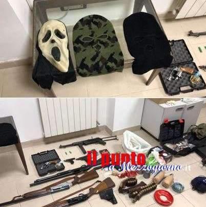Terracina, fucili a pompa e pistole mitragliatrici oltre a passamontagna ritrovati in un borsone vicino all'ospedale