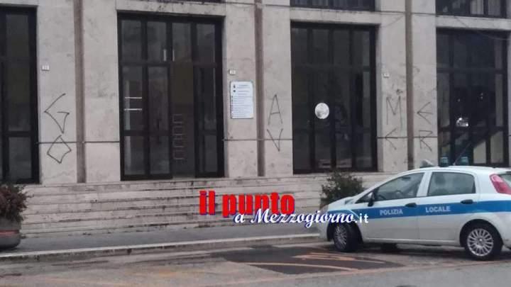 """Il """"Game over"""" al Sindaco espresso imbrattando la facciata del Municipio"""