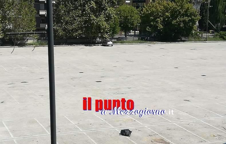 """Cassino, un sacco di rifiuti da giorni """"in brutta mostra"""" in campo Miranda"""