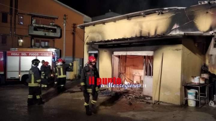 VIDEO e FOTO – Laboratorio di restauro mobili in fiamme a Velletri, un fulmine tra le possibili cause