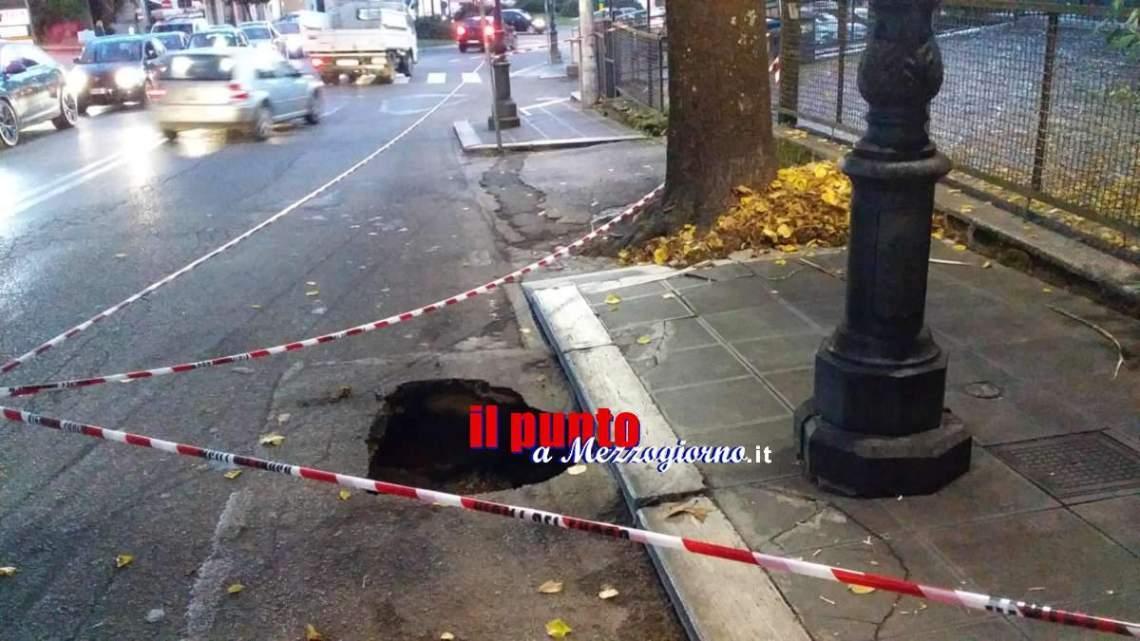 Voragine profonda 12 metri in via Lata a Velletri, strada parzialmente interdetta al traffico