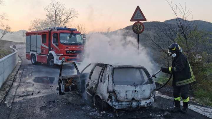 Auto distrutta dalle fiamme a Vallemaio