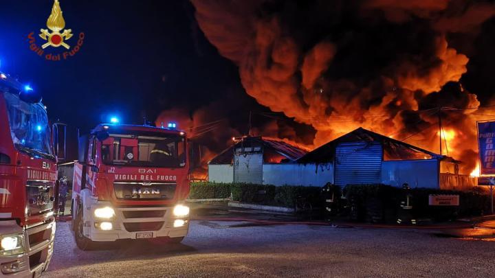Pomezia – Incendio ad attività industriale, 6 capannoni distrutti. Al lavoro vigili fuoco