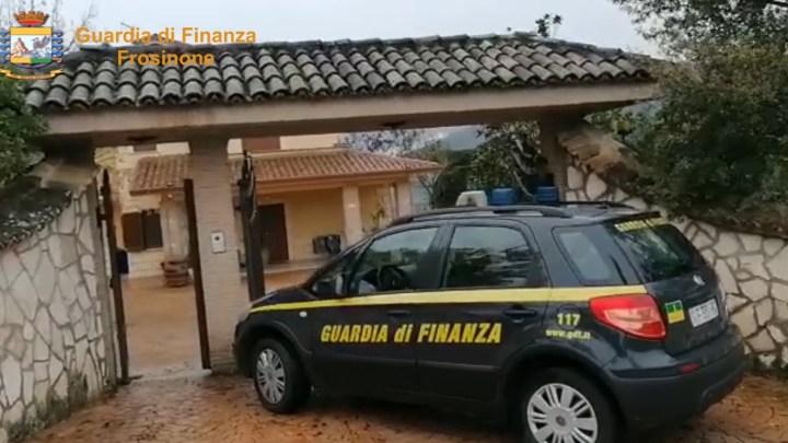 Vendono una casa a Roma che non gli appartiene e incassano 250 mila euro, 5 arresti