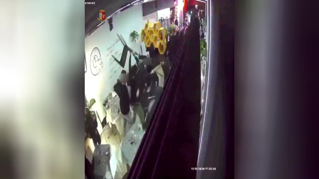 Rissa nel pub a Latina, denuncia e daspo urbano per 5 giovani – VIDEO