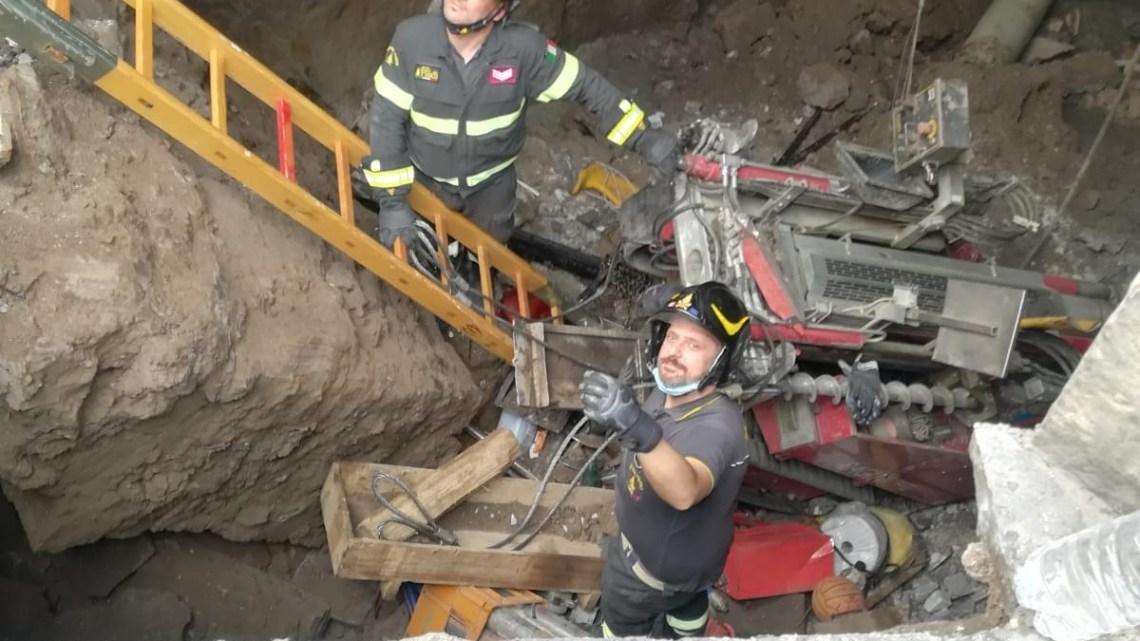 Santa Maria Capua Vetere – Risucchiato con l'auto nella voragine, soccorso dai vigili del fuoco
