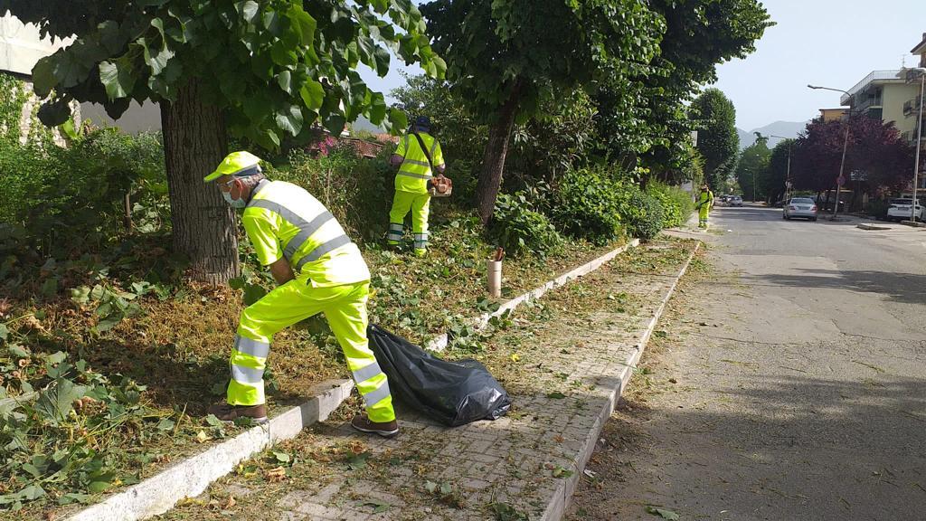 Cassino – Detenuti puliscono l'area adiacente la struttura di detenzione