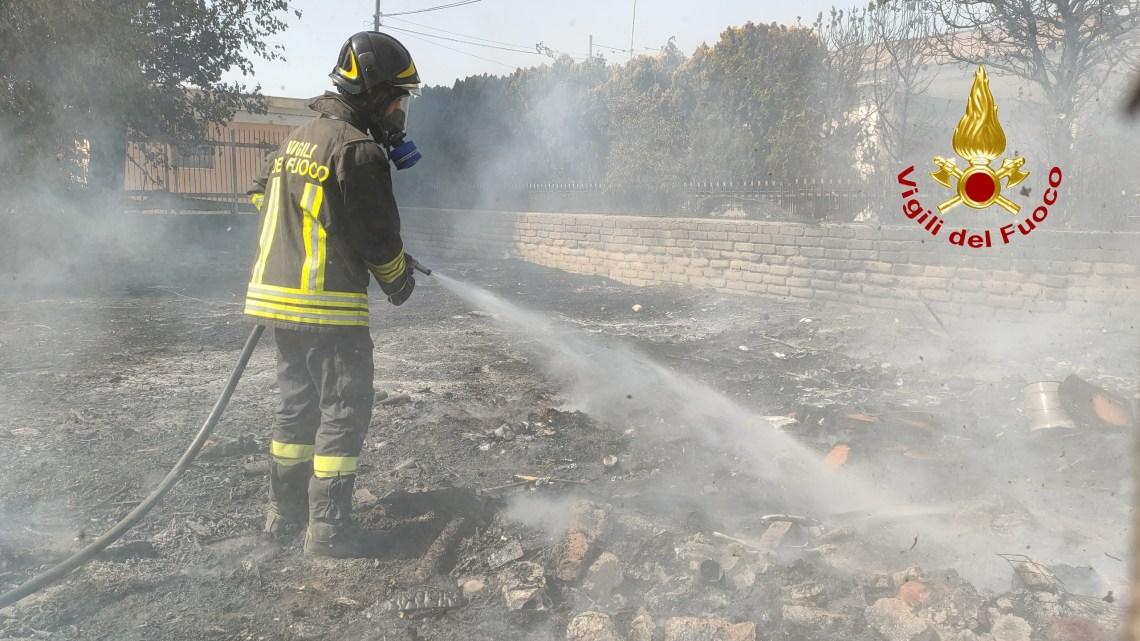 Villa Literno – Vasto incendio sterpaglie miste a rifiuti, intervengono i vigili del fuoco di Aversa e Marcianise
