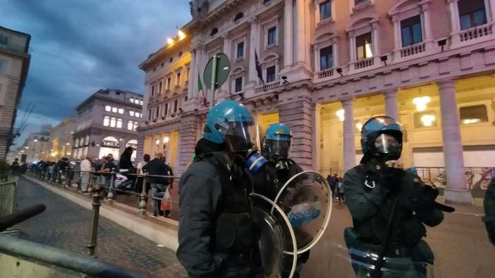 Dodici fermi per il corteo no green pass a Roma, tra arrestati i vertici di Forza Nuova