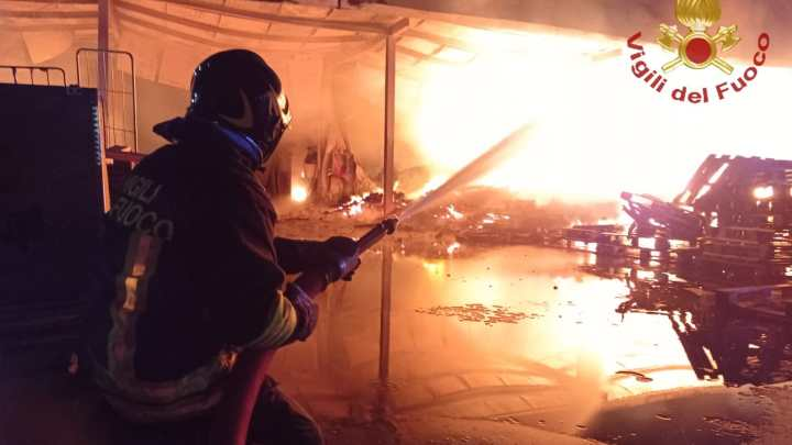 Anagni – Capannone industriale in fiamme, incendio domato dai vigili del fuoco